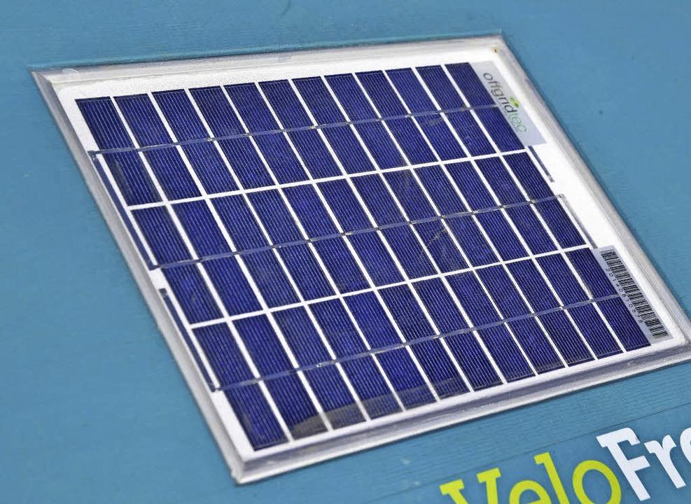 Ein Solarmodul auf der Transportkiste liefert Strom für die Bordelektronik.  | Foto: Michael Bamberger