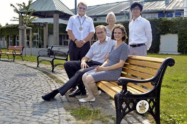 Im Seepark stehen jetzt Bänke aus Freiburgs Partnerstädten