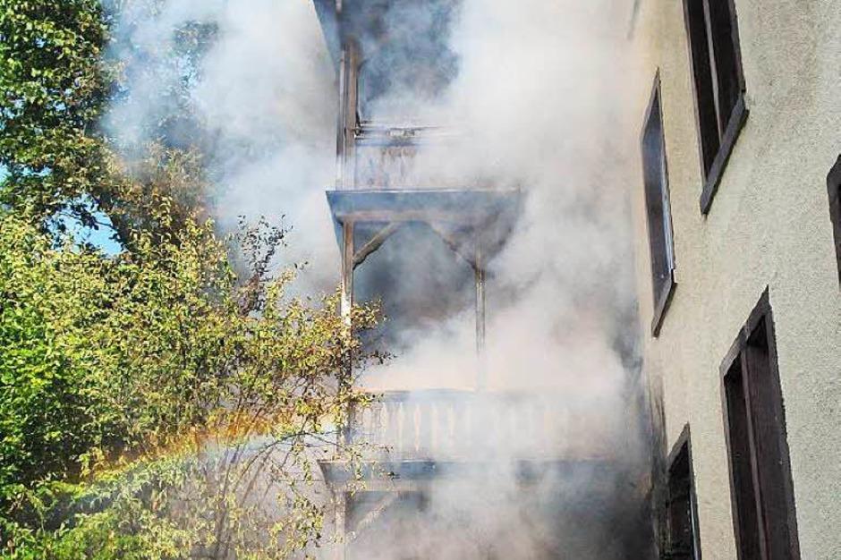 Ein Gebäudebrand in Lahr hat am Donnerstagabend zu einem Großeinsatz der Feuerwehr geführt. (Foto: Wolfgang Künstle)