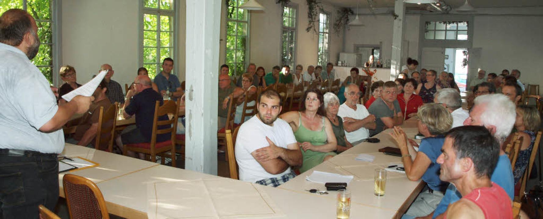 Martin Sillmann (links) erläutert, wie...bau der Kaiserstuhlbahn wahren können.    Foto: Michael Haberer