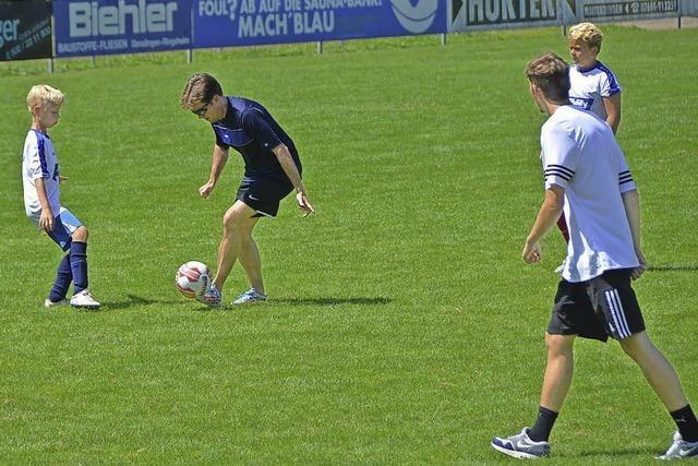Junge Fußballer trotzen der Hitze
