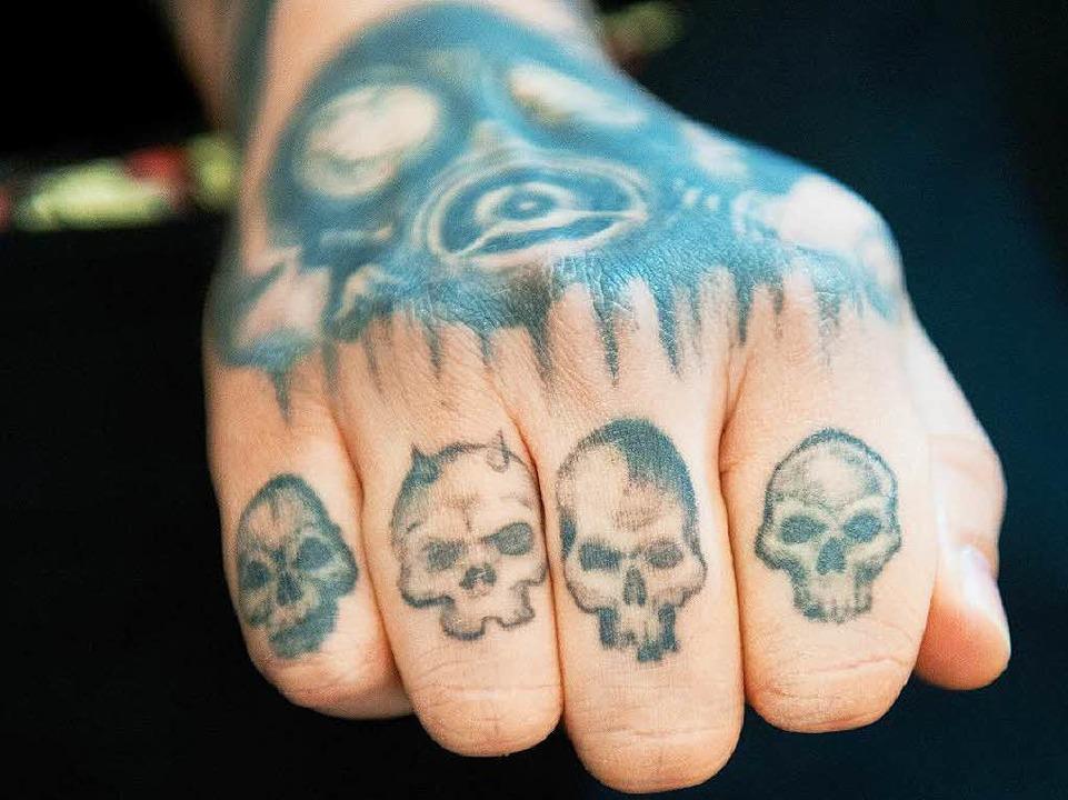 Totenköpfe auf den Fingern – das kann in Japan für mächtig  Ärger sorgen.   | Foto: dpa