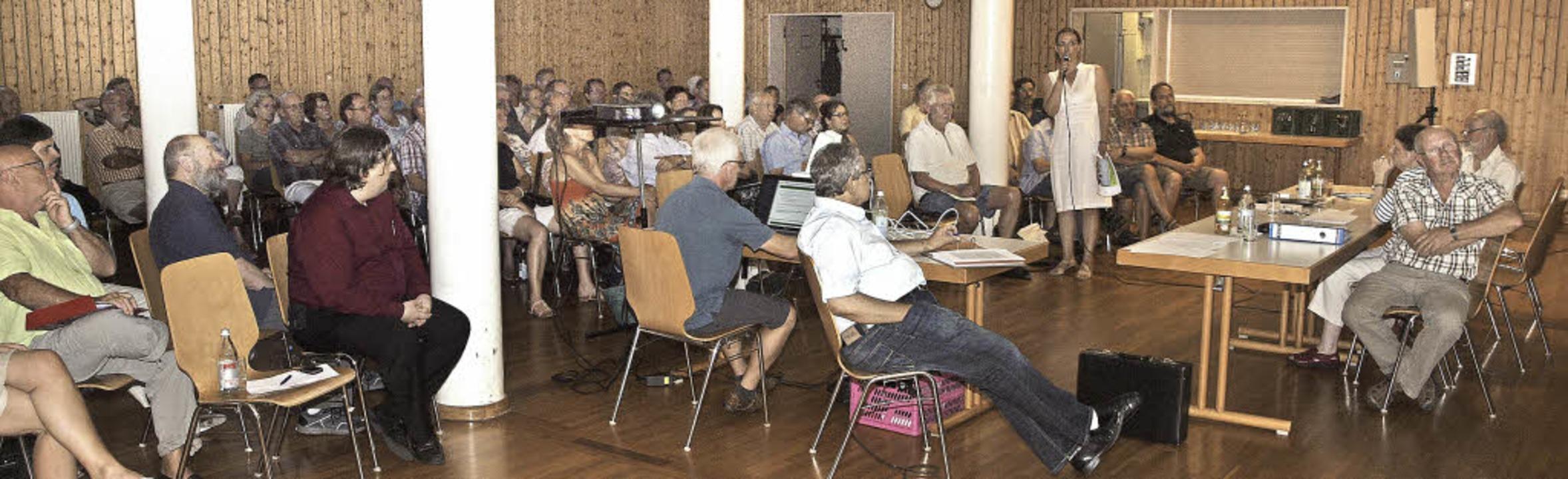 Ilga Richter von der Bürgerinitiative ...Veranstaltung im Endinger  Bürgerhaus.  | Foto: Michael Haberer