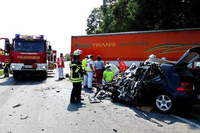 Golf-Fahrerin stirbt nach Frontalaufprall auf einen Lkw