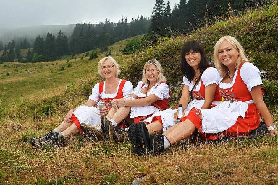 Eine Vesperpause benötigen auch Dirndels beim Hüttenrundgang an Laurentius am Feldberg. (Foto: Ralf Morys)