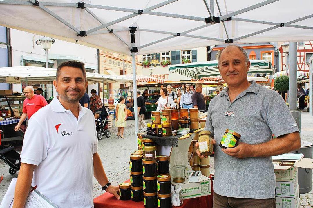 Marktmeister Elvis Benea mit Honigverkäufer Anatoli Penkow.  | Foto: Julia Trauden