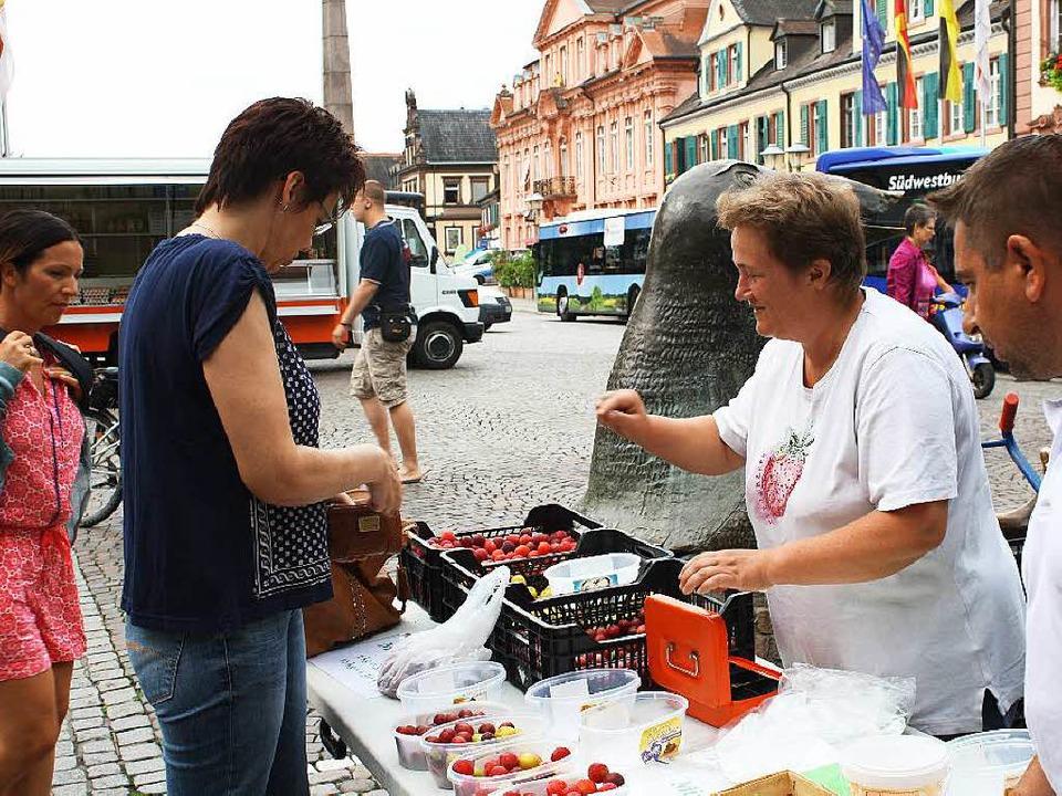 Am Mirabellen-Stand von Isabel Engelhardt aus Kürzell.  | Foto: Julia Trauden