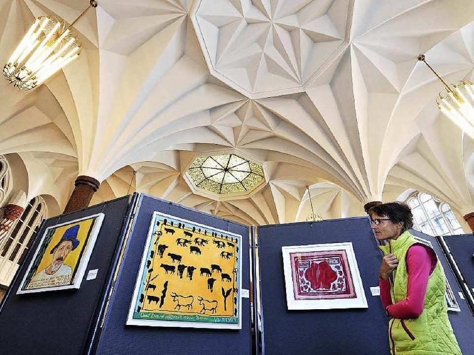 Besucherin Brigitte Fuhr um in der Ausstellung.    Foto: Thomas Kunz