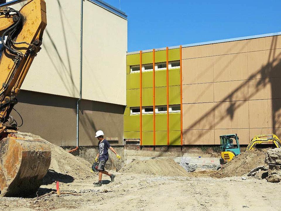 Das Fundament für den Anbau an die Breisacher Gewerbeschule wird bereits gebaut.  | Foto: Claudia Müller