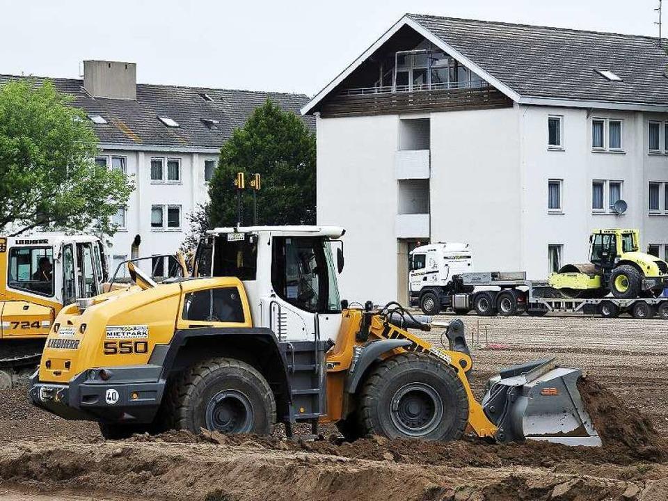 Baumaschinen da, wo bisher ein Kickpla...rovisorischen Erstaufnahmeeinrichtung.  | Foto: Thomas Kunz