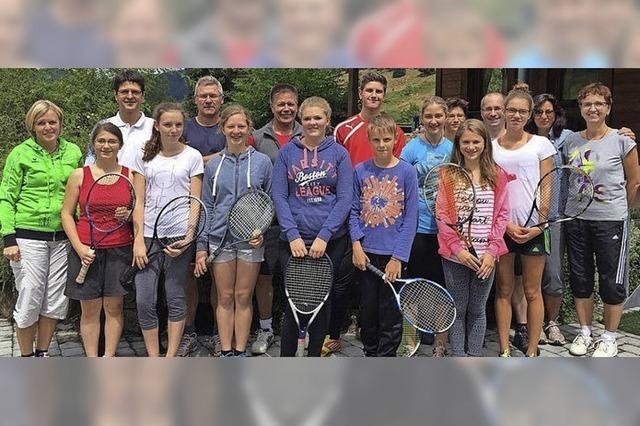 Tennisspieler messen sich bei Schleifchenturnier
