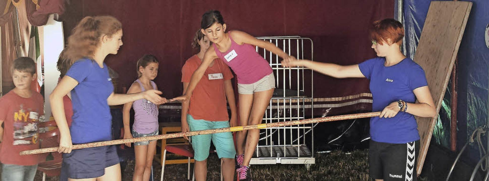 Über 100 Kinder schnuppern echte Zirku...ind kann seine Fähigkeiten entdecken.     Foto: Artur Just