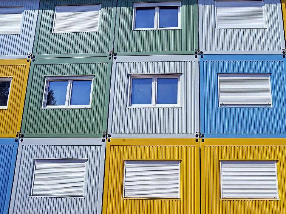 Wohncontainer – hier ein Bild au...Unterkünfte für Flüchtlinge errichtet.  | Foto: dpa