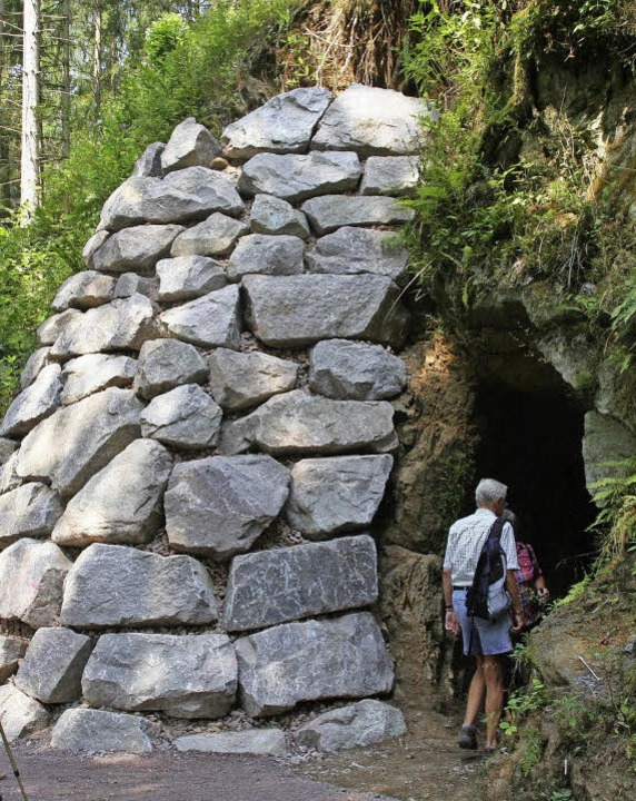 Weithin sichtbar ist die Stützmauer, d...ildung aus Sicherheitsgründen bauten.   | Foto: Marlies Jung-Knoblich