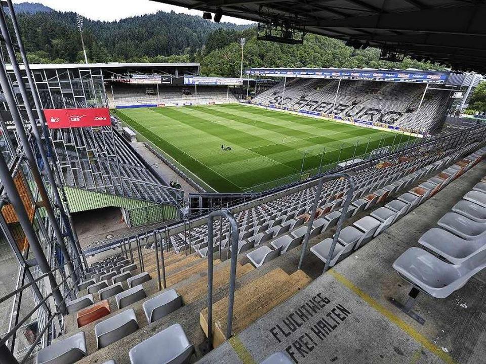Das Schwarzwaldstadion wird bleiben &#...ch die Osttribüne (rechts) rückgebaut.  | Foto: Thomas Kunz