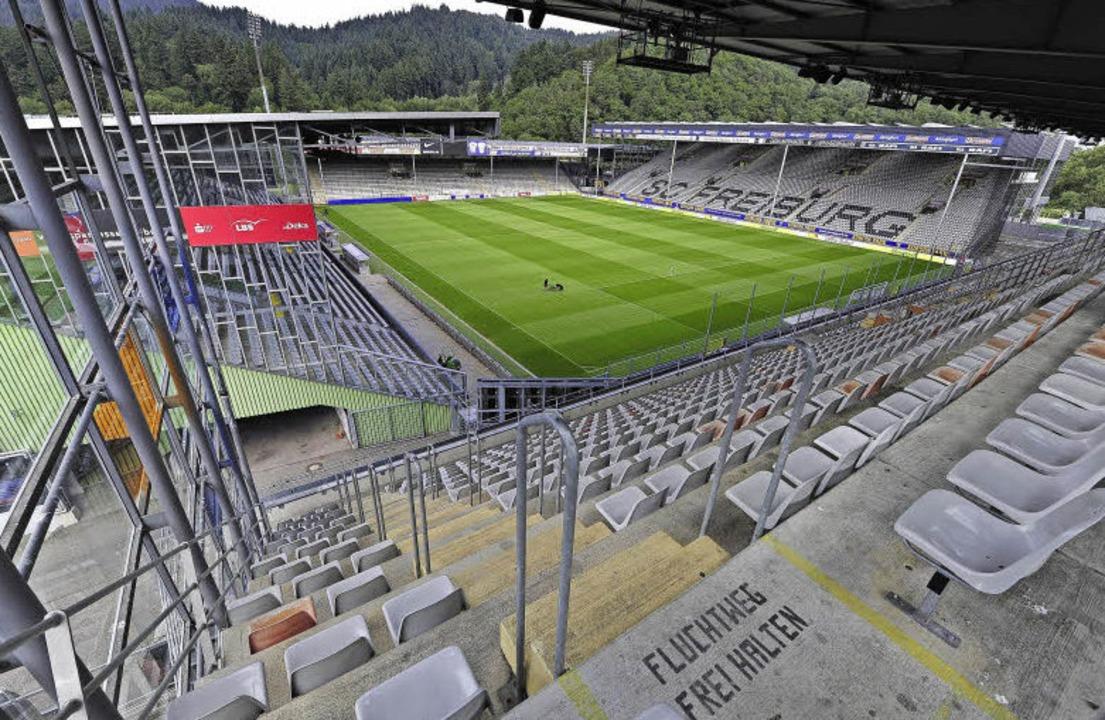 Das Schwarzwaldstadion wird bleiben &#...h die Osttribüne (rechts) rückgebaut.   | Foto: Thomas Kunz