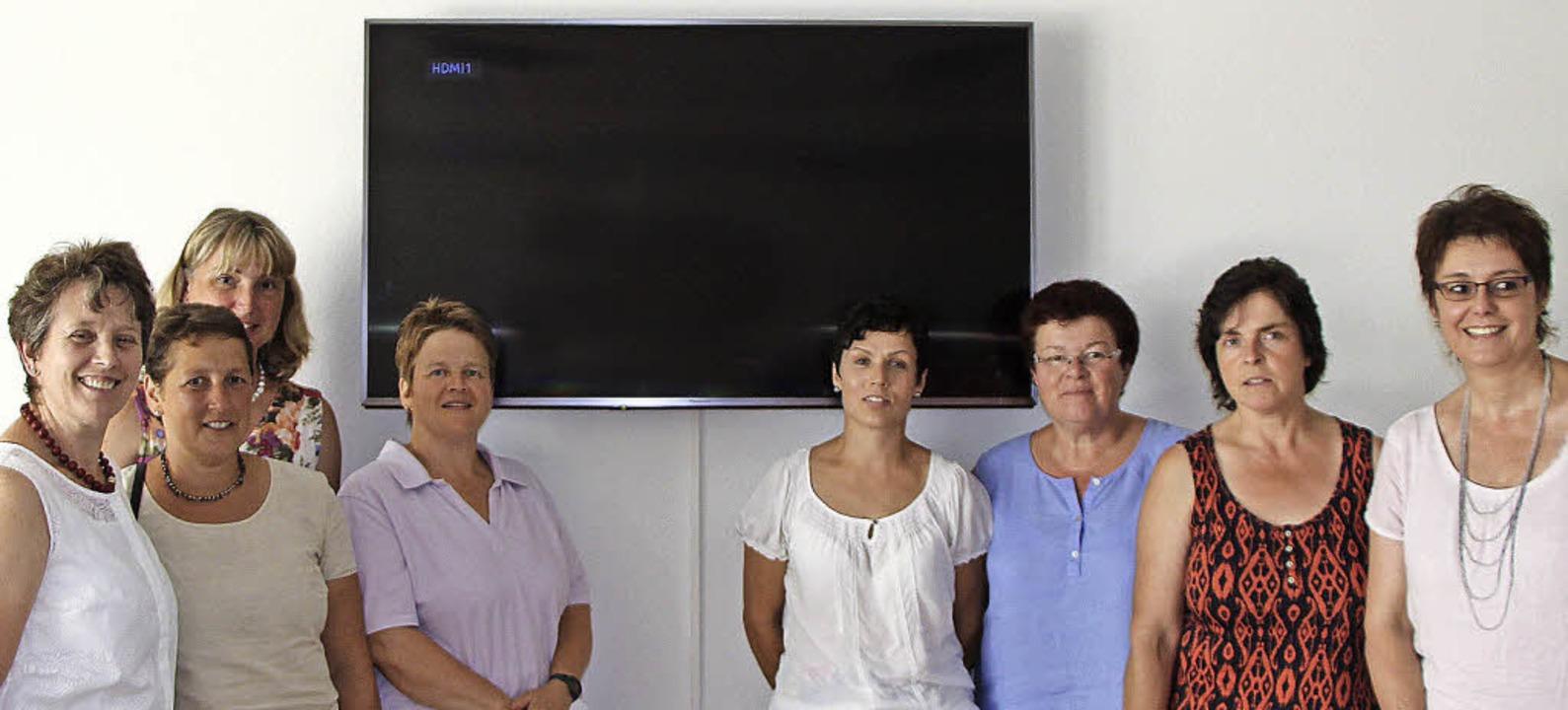 Gruppenbild mit Bildschirm:  Landfraue...lstation in Ehrenkirchen (von links).   | Foto: Theresia Lutz