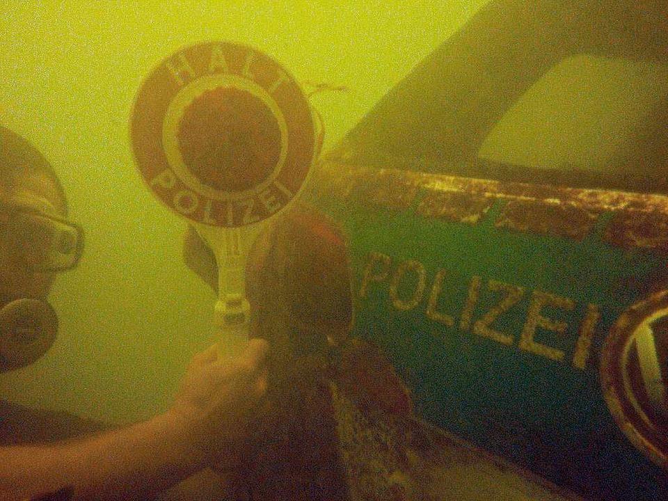 Der Schweizer Hobbytaucher Michael Tschannen mit seinem Fund   | Foto: Sascha Füchter