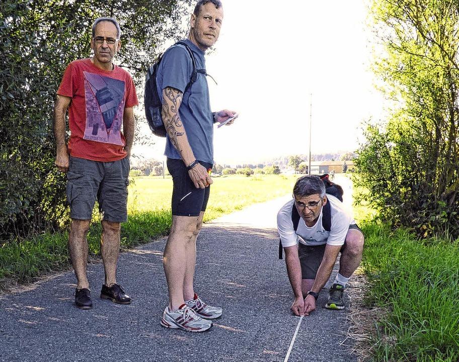 Frank Kliche, Andreas Haslach und Gero...essen die 600 Meter lange Gerade ein.   | Foto: Bombardi