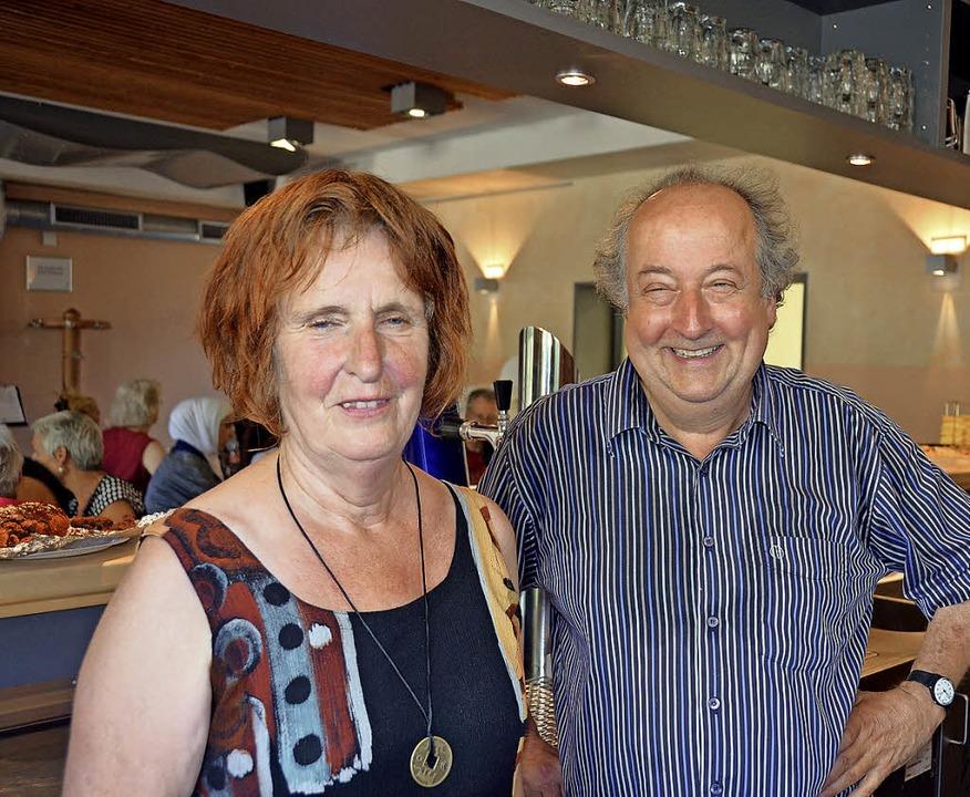 Café together: Gabi Reinhardt und Flor...chtlinge und ehrenamtliche Begleiter.     Foto: Nikolaus Trenz