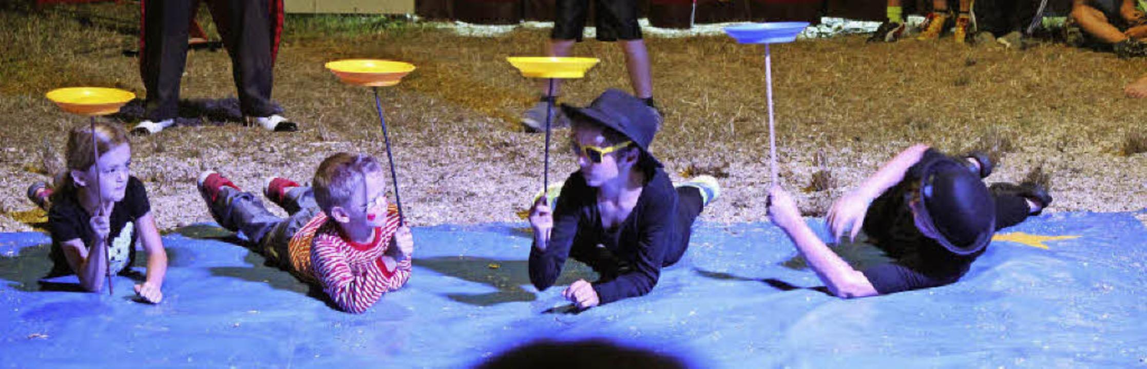 "Ganz cool: Die jonglierende ""Blu...ellung der Kinder im Zirkus Lamberti.   | Foto: Anja Bertsch"