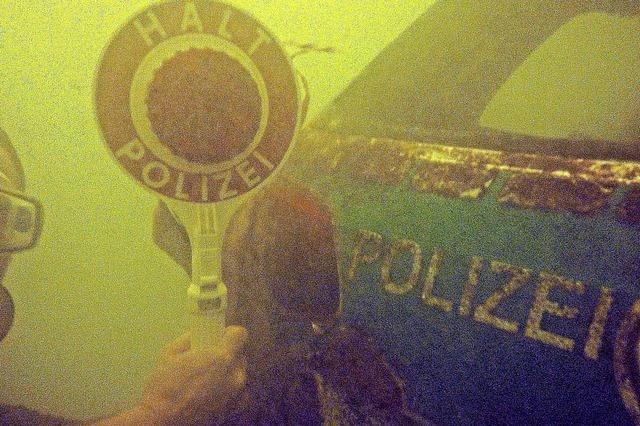 Hobbytaucher findet Polizeiauto