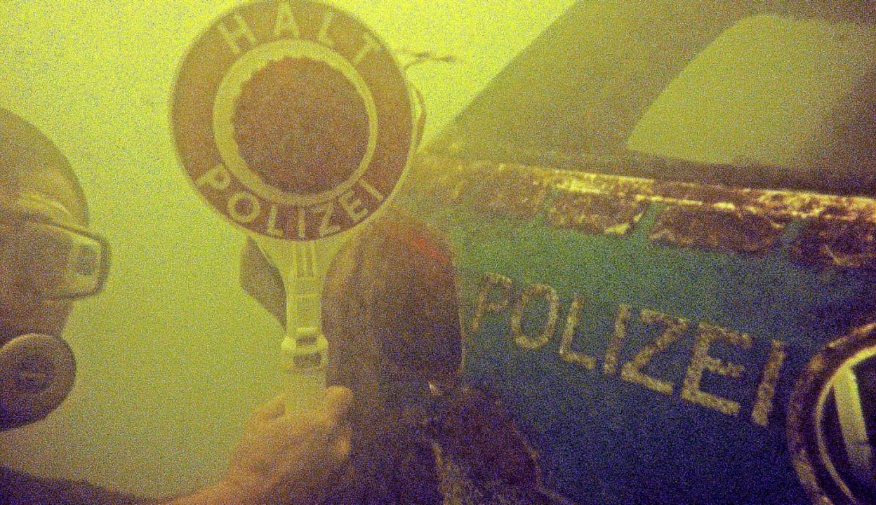 Spektakulärer Fund auf dem Grund des R...e Kelle fand der Taucher unter Wasser.  | Foto: Sascha Füchter/Dorothee Soboll<ZAM-BlindTextAus></ZAM-BlindTextAus>