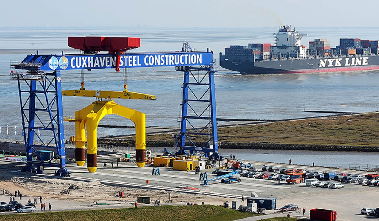 Die Offshore-Basis in Cuxhaven soll nu...e Konkurrenz in Bremerhaven bekommen.   | Foto: dpa