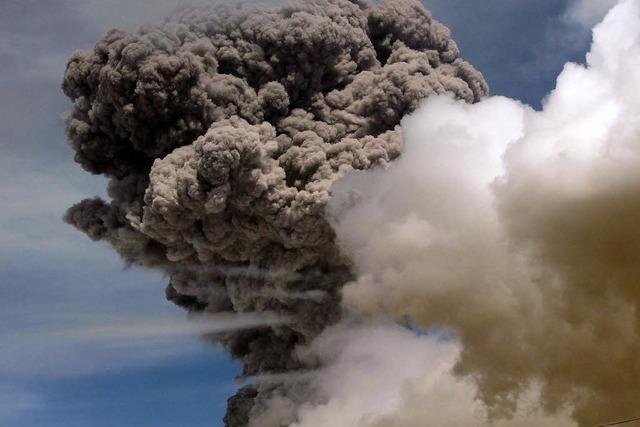 Vulkan Cotopaxi in Ecuador spuckt Asche