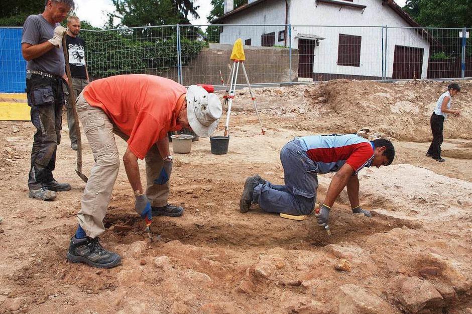 Ausgrabungen St. Alexius: Profis und Ehrenamtliche beim Graben (Foto: Michael Haberer)