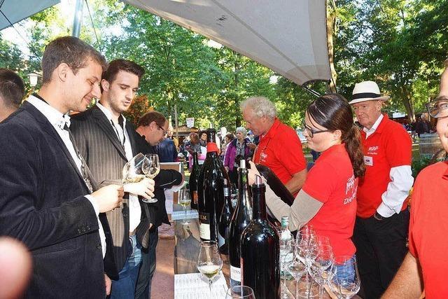 Riesige Auswahl an Weinen und Sekten auf dem Breisacher Weinfest