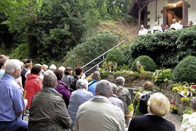 100 Gläubige pilgern zur Lourdeskapelle