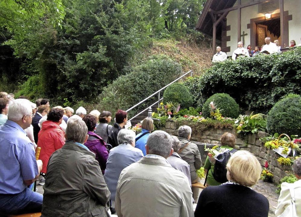 """Zahlreiche Gläubige nahmen an """"M...enandacht bei der Lourdeskapelle teil.    Foto: Reiner Merz"""