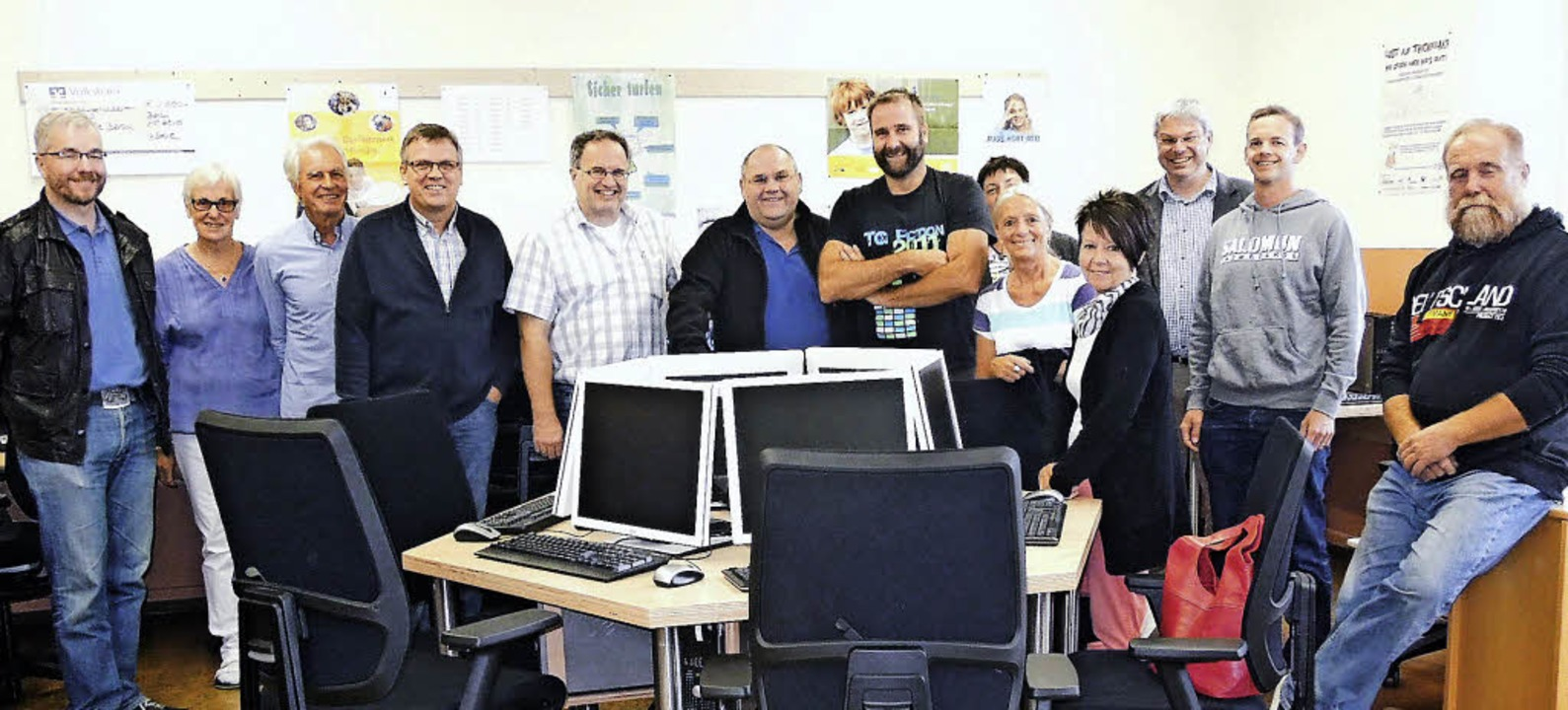 Vorstand sowie Gemeinde- und Ortschaft...m Computerraum der Grundschule Berau.     Foto: Privat