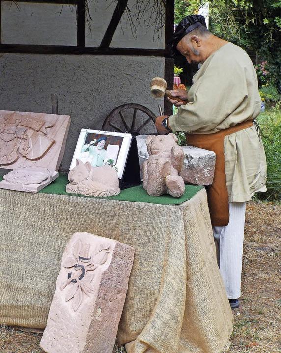 Ein Steinmetz zeigte beim mittelalterl...üheren Zeiten der Stein gehauen wurde.  | Foto: Astrid Heitzmann