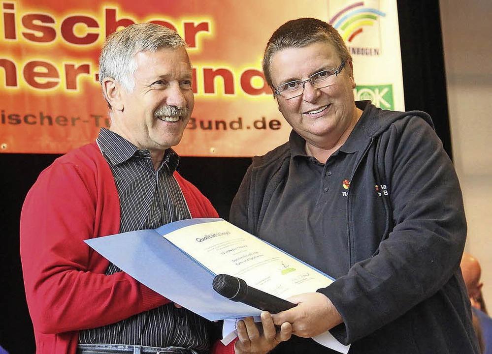 Karl Kühne (links) nimmt für den TV Ho...eniorenfreundlicher  Verein entgegen.   | Foto: Privat