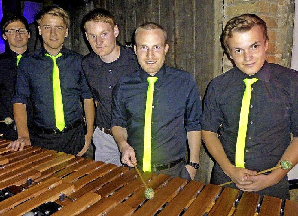 Der Jungwinzer Florian Mangold (Mitte)...acher, Markus Schneider und Marcel Hug    Foto: Anne Freyer