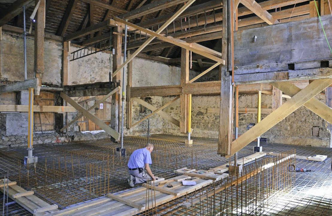 Das freigelegte Gebälk in der Scheune,...rbüro und das Bauamt einziehen werden.  | Foto: Markus Donner