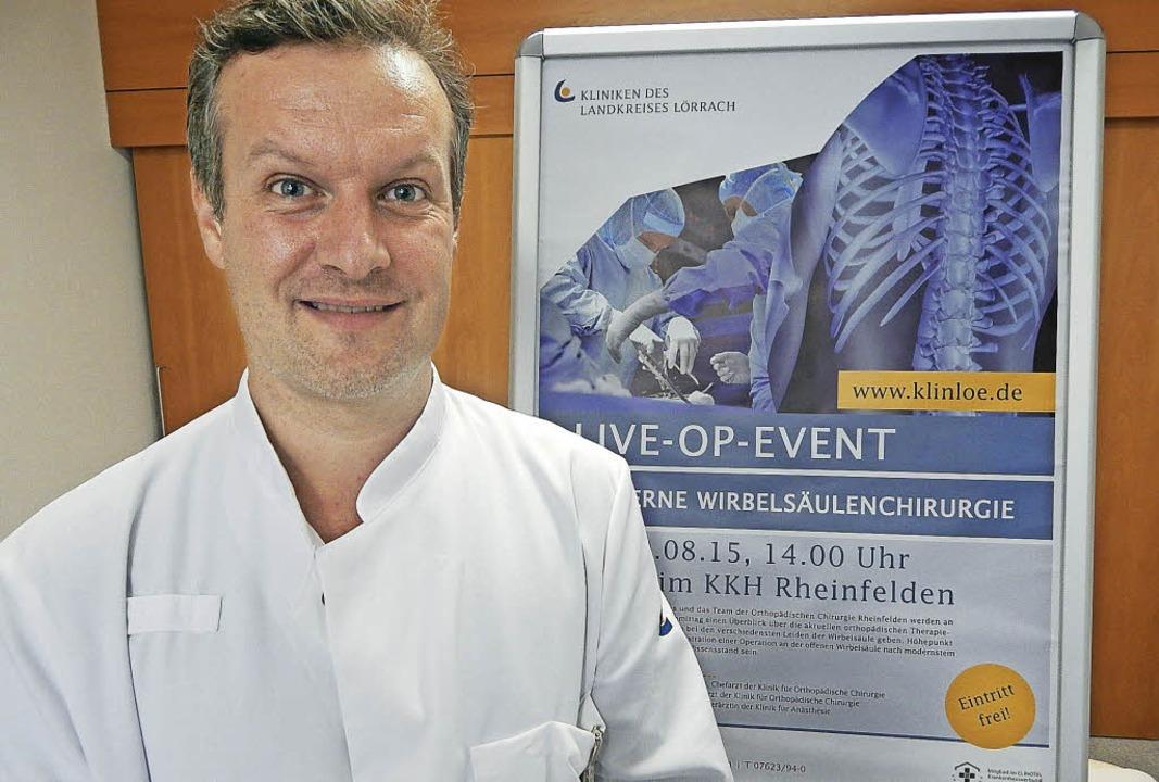 Prof. Dr. Stefan Endres, Leiter der Kl...eute vor Publikum an der Wirbelsäule.   | Foto: Claudia Gempp