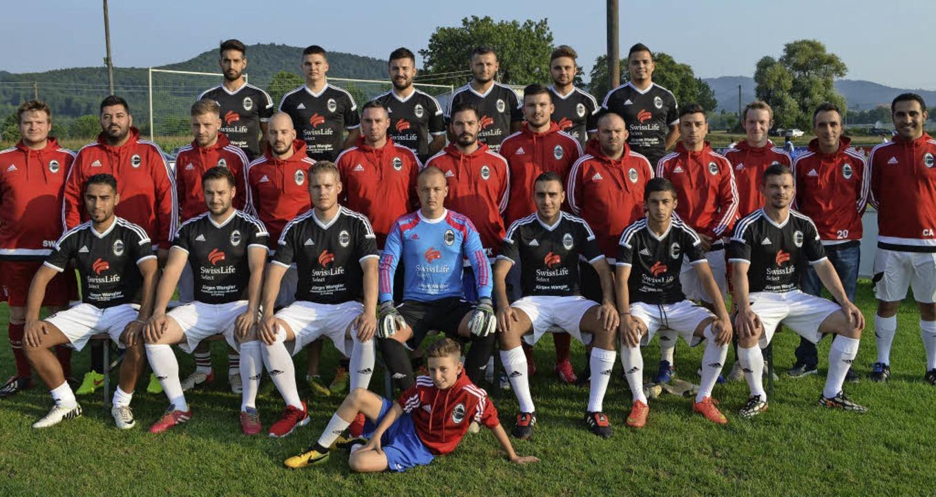 Die  Mannschaften des AC Milan mit Wol...Fußballschule des SC Freiburg (vorn).   | Foto: n. Bayer