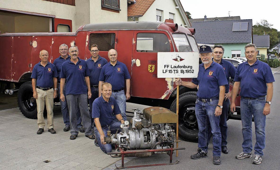 Anno 1952 wurde das  LF15 TS  mit Trag...Achim Maurer (von links) restauriert.   | Foto: Reinhard Herbrig