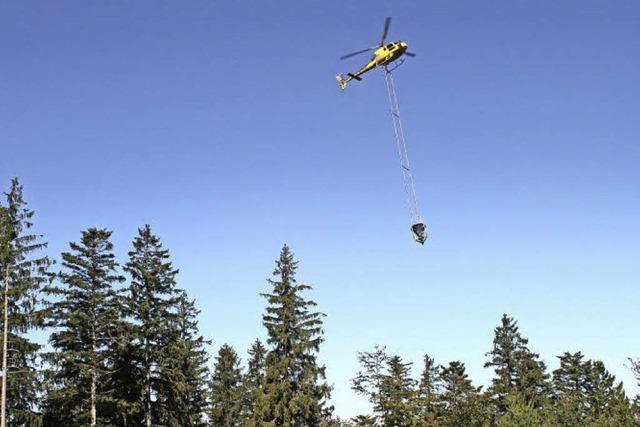 Helikopter zur Kalkung des Waldes