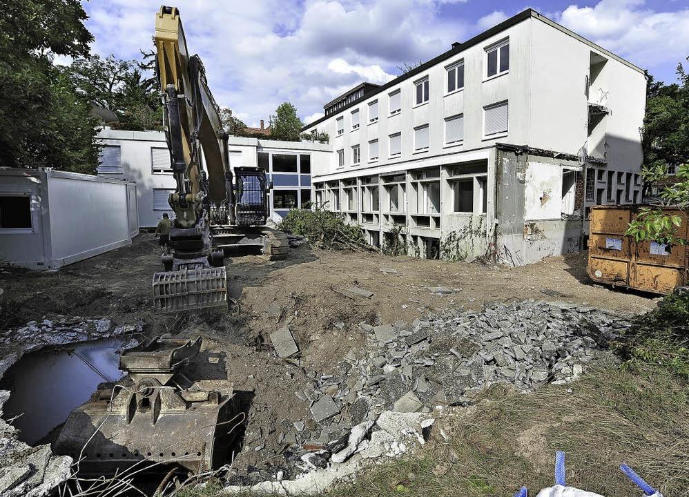 Der große Abrissbagger hat beim Adelhe...esia-Straße seine Arbeit aufgenommen.     Foto: Thomas Kunz