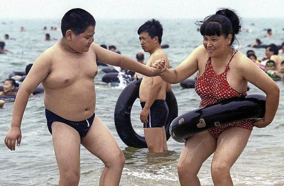 Chinesische Mutter mit ihrem übergewichtigen Sohn    Foto: dpa