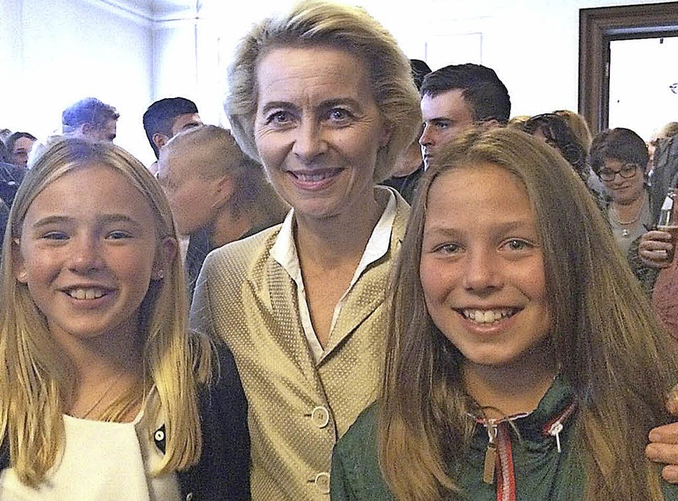 Bundesministerin Ursula von der Leyen ...gen (rechts) und Sophia Siegel (USA).     Foto: zvg