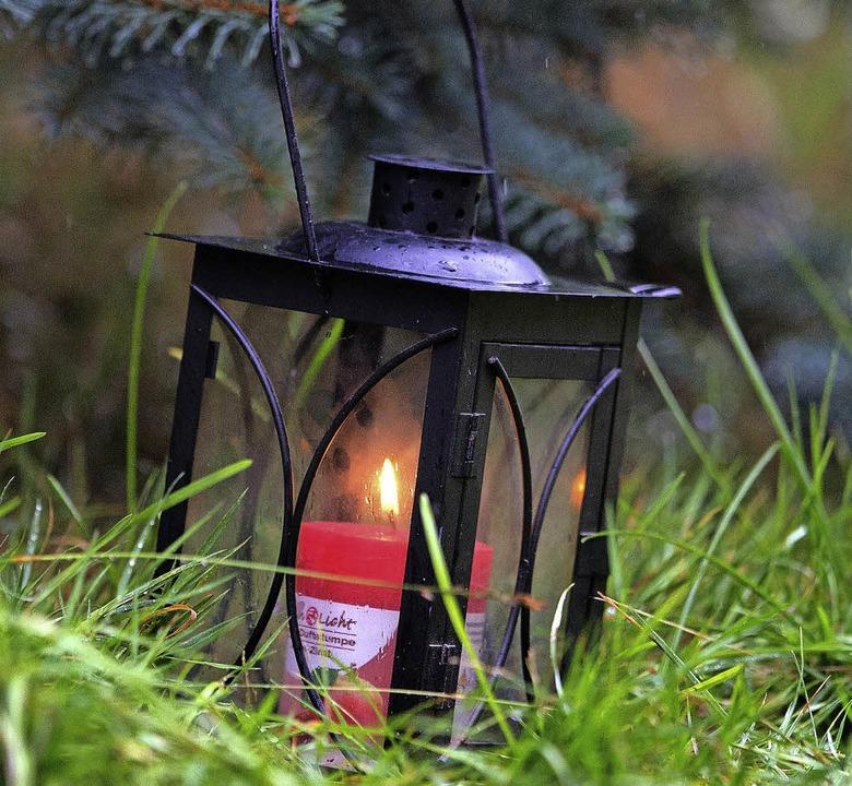 Brennende  Kerze in der Nähe des Fundorts der getöteten Anneli  | Foto: dpa