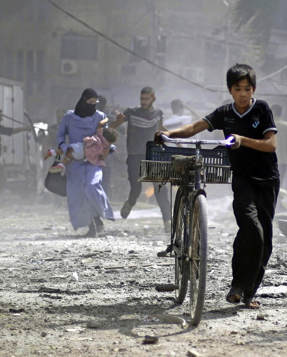 Im Bürgerkrieg: Syrer fliehen aus Duma, einem Vorort der Hauptstadt Damaskus.  | Foto: AFP