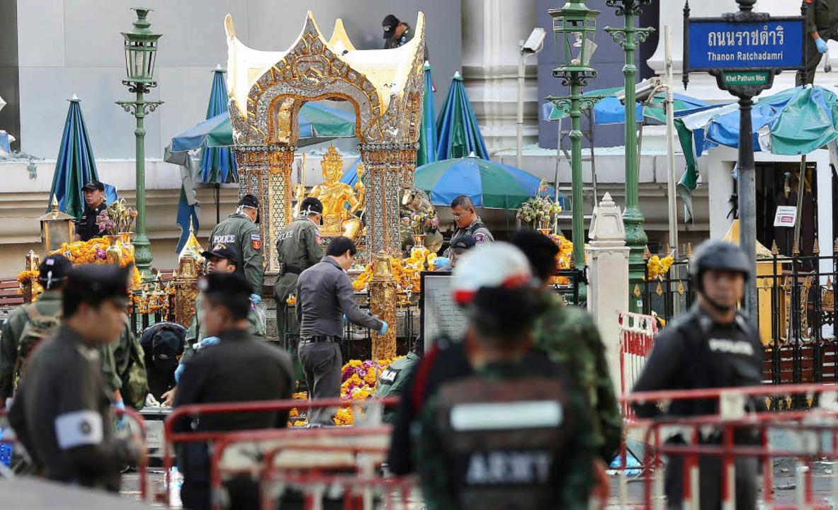 Polizisten untersuchen am Dienstag den Tatort am Erawan-Schrein in Bangkok.    Foto: dpa