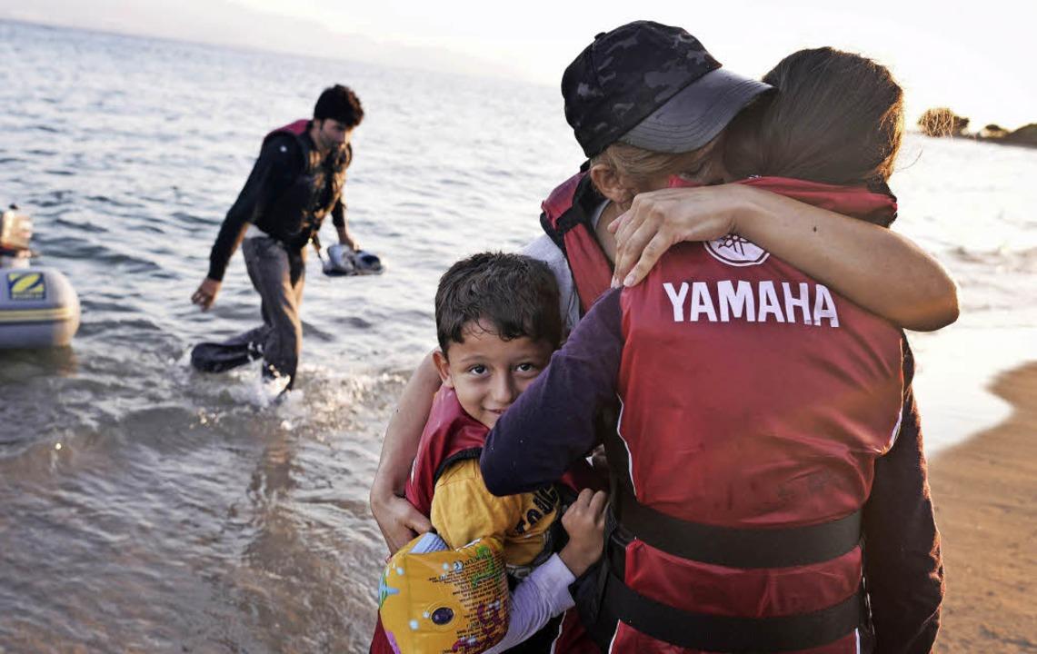 Endlich gelandet: Flüchtlinge auf der ...hr Bilder unter http://mehr.bz/kos15)   | Foto: AFP