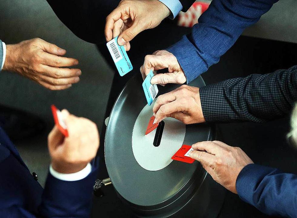 Bundestagsabgeordnete bei der Stimmabgabe    Foto: dpa
